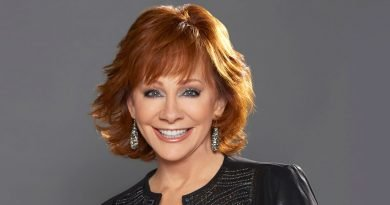 Reba McEntire and Tony Bennett celebrate this year's 'CMA Country Christmas'