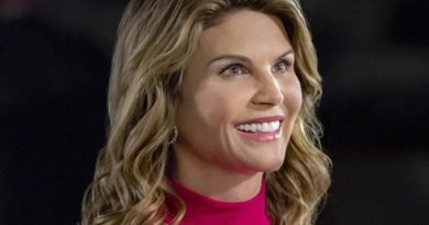 Lori Loughlin still feels right at home in 'Fuller House'